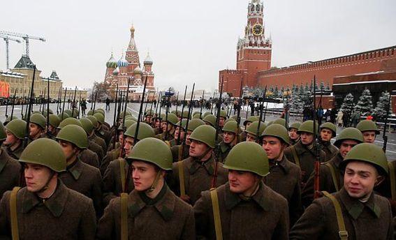 Російські військові на фоні Кремля
