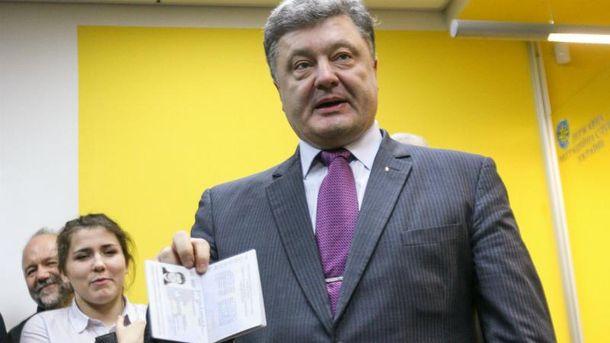 Президент одним з перших похвалився своїм біометричним паспортом