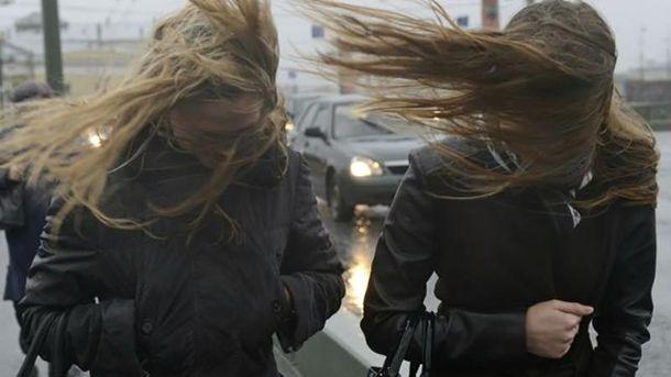 В случае сильного ветра киевлянам рекомендуют держаться подальше от рекламных щитов