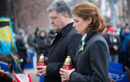 Петр Порошенко с женой на Аллее Героев Небесной Сотни в Киеве