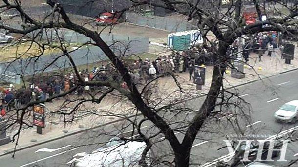 Люди находятся возле отеля