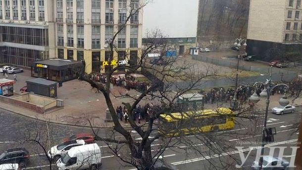 Людей формируют в колонны и ведут в сторону Банковой