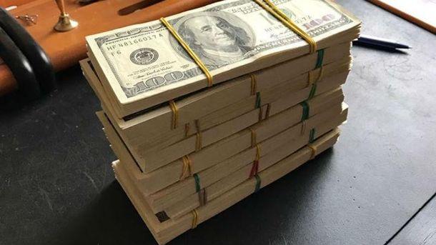 Чиновники вимагали  900 тисяч доларів