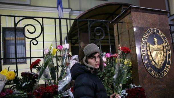 К посольству Кубы в России сносят не только цветы