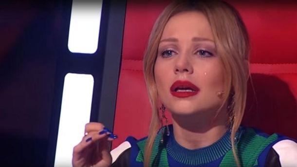 Тина Кароль расплакалась во время выступления
