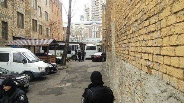 Журналісти повідомляють, що підозрюваних вже доставили до зали засідань