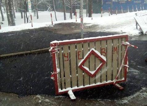 Укладання асфальту під час снігопаду