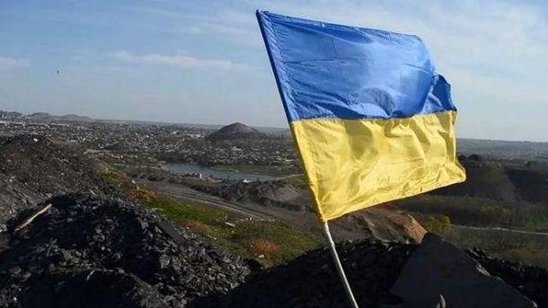 Мужчина мечтает про украинский флаг над оккупированным городом
