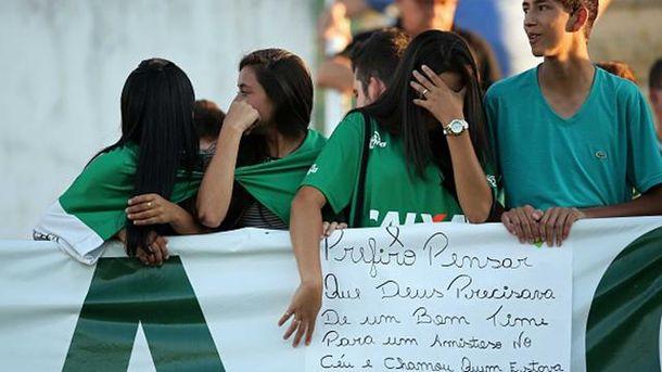 Фанаты вышли почтить память погибших игроков