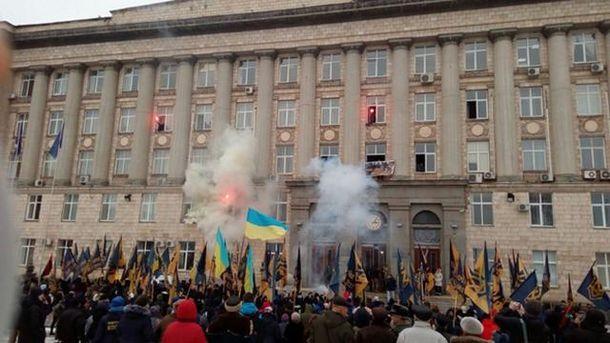 Активисты зажгли файеры из окон ОГА
