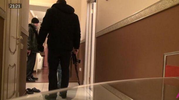 Кадр з відео із затриманням журналістів