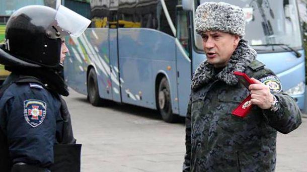 Станіслав Шуляк (праворуч) дає накази