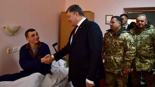 Порошенко посетил раненых бойцов
