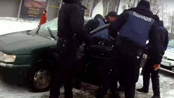 Поліцейські витягують з авто екс-міліціонера