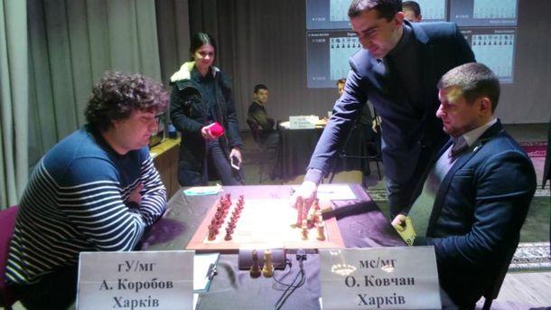 Директор турнира Владимир Ковальчук делает первый символический ход чемпионата