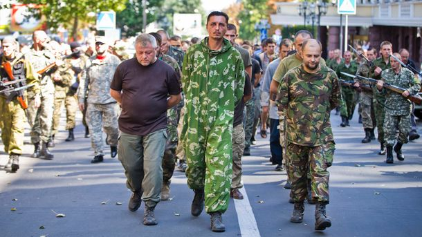 Українські військові полонені у Донецьку