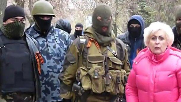 Неля Штепа (справа) в обществе террористов в Славянске