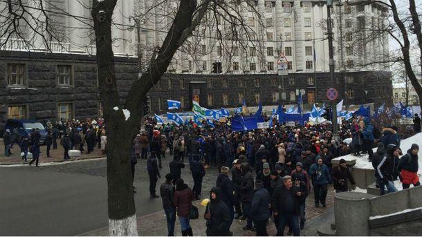 Уже перекрыли улицу Грушевского