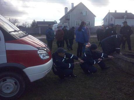 Спасатели вытаскивают человека из колодца