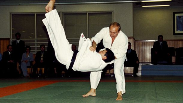 Володимир Путін показує навики з дзюдо