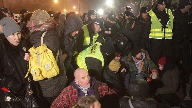 Активисты заблокировали здание парламента