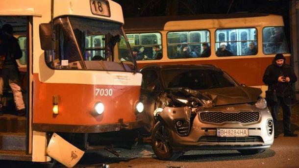 Трамвай влетел в авто