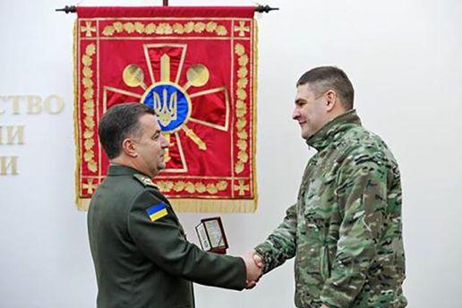Степан Полторак награждает волонтера