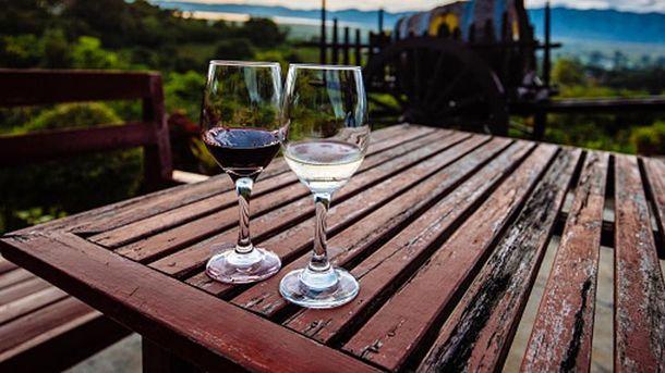 Вино у бокалі