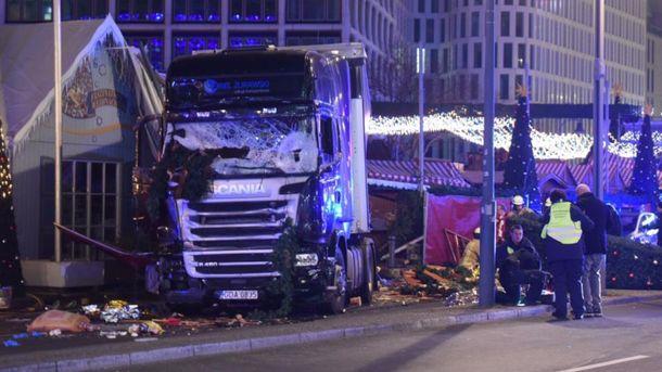 Вантажівка протаранила ярмарок у Берліні