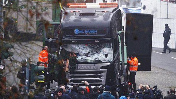 Вантажівка врізалася у святкову ярмарку у Берліні