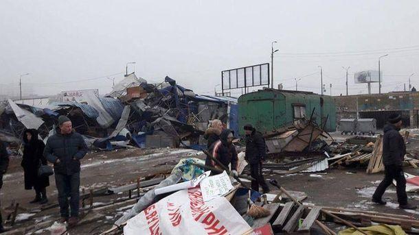 Рынок из киосков на Харьковском массиве в Киеве