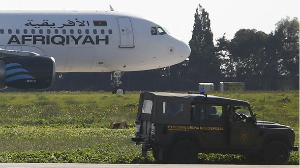 Перші заручники з захопленого лівійського літака вже звільнені