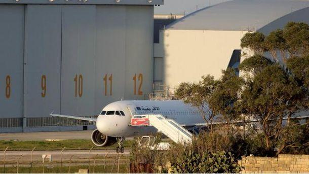 Угнанный самолет приземлили в аэропорту Мальты