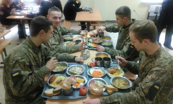 Военные на обеде