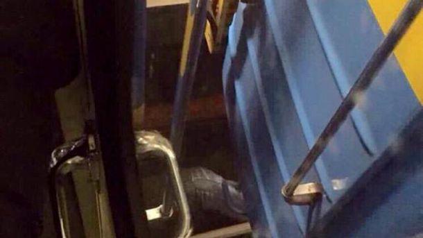 Мужчина упал под вагон поезда в киевском метро