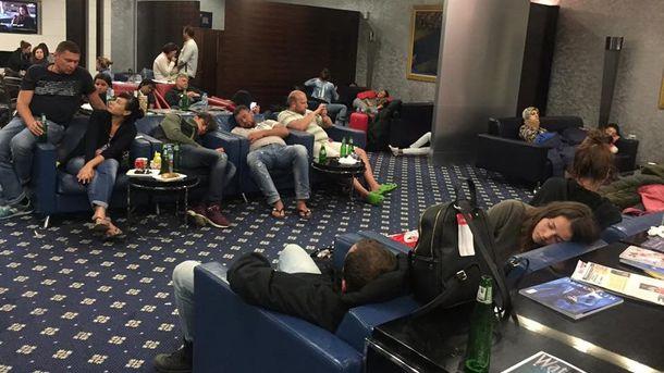 Украинские туристы ждут рейс в аэропорту Шарджа