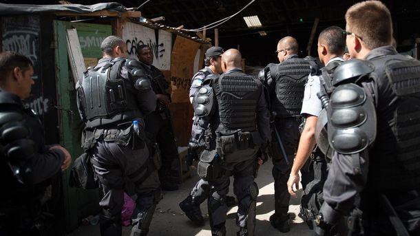 Полиция при задержании