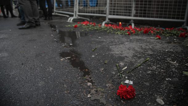 На місце трагедії у Стамбулі приносять квіти