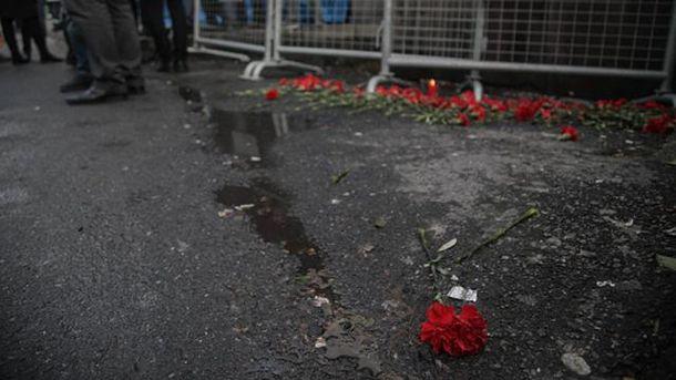 На место трагедии в Стамбуле приносят цветы
