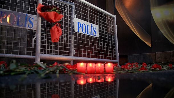 Почтение жертв теракта в Стамбуле