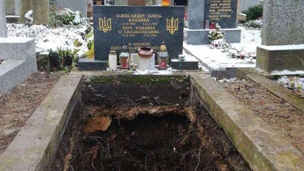 Могила Олександра Олеся