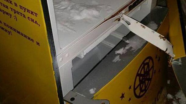 Вандали зламали холодильник з їжею для бідних