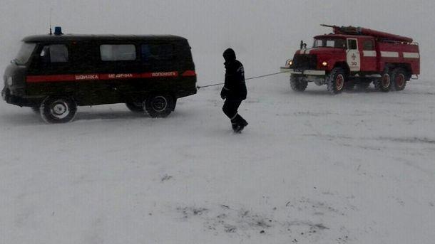 Рятувальники витягують із снігового затору