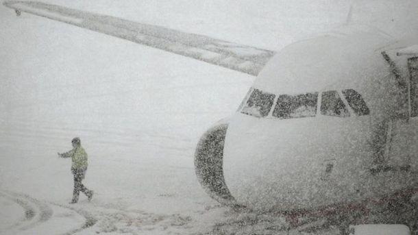 Засніжена злітна смуга аеропорту