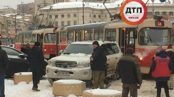 Дипломат на авто заблокировал движение трамваев