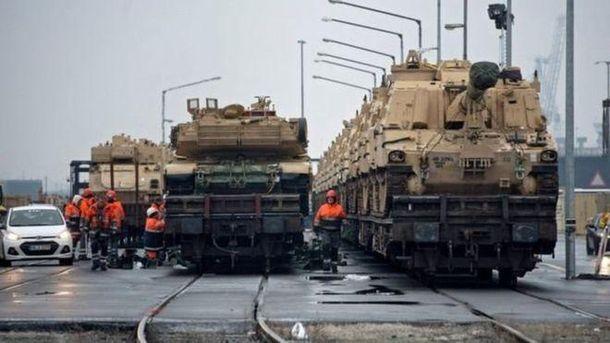 Американські танки розвантажують у німецькому порту Бремергафен