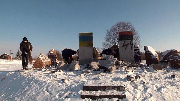 Зруйнований пам'ятник загиблим полякам