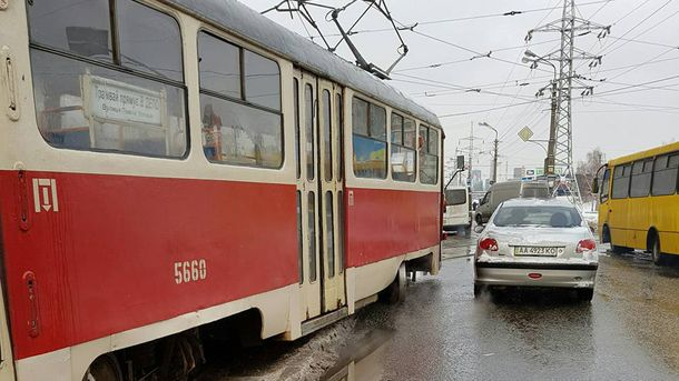Трамвай сошел с рельсов в Киеве