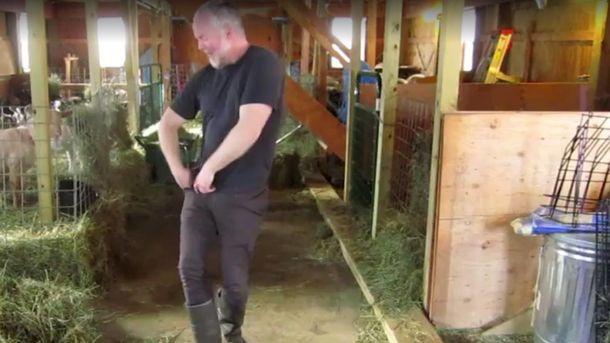 Фермер танцует в конюшне с козами