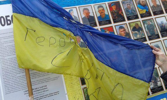 Прапор було закріплено над пам'ятною дошкою загиблим Героям